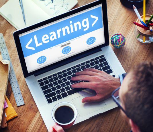 Alumno con ordenador con curso online